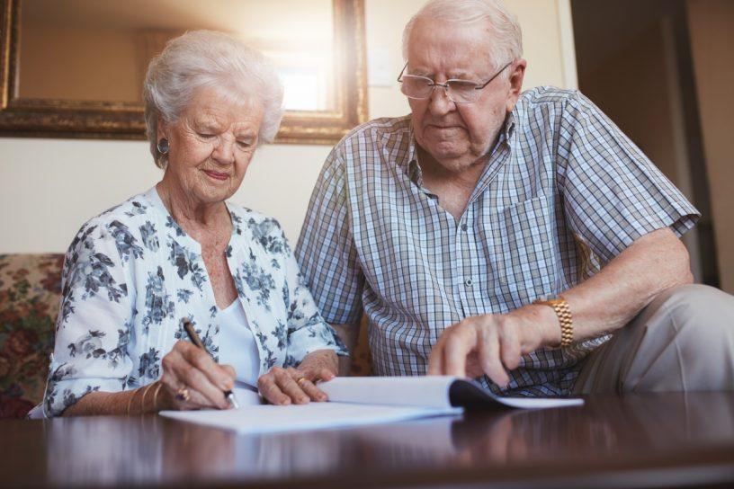 Ein Berliner Testament macht den länger lebenden Ehepartner zum Alleinerben, doch birgt es auch gewisse Risiken für die Familie.
