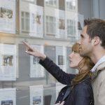 Kauft man eine Wohnung in einem Mehrparteienhaus oder ein Reihenhaus, wird man Teil einer Eigentümergemeinschaft, in der man Pflichten hat, über die man sich im Vorfeld des Kaufs informieren sollte.