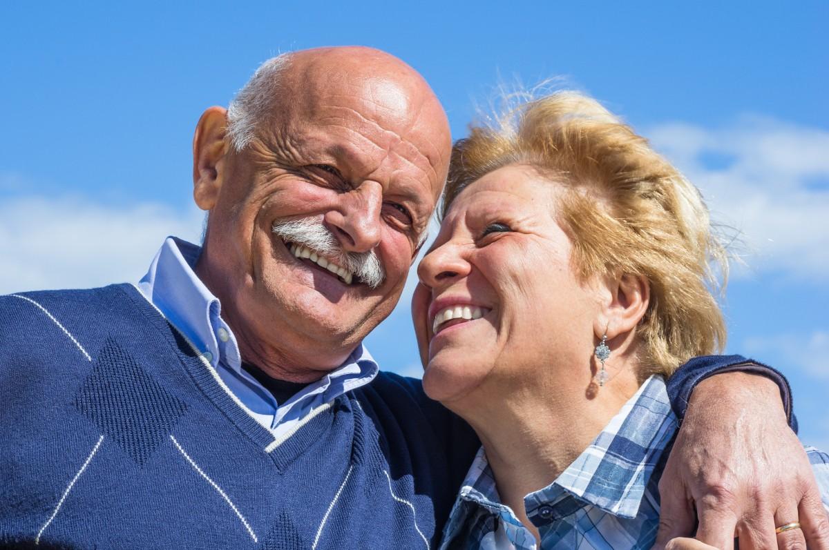 Wenn ein Ehepartner kinderlos verstirbt, so muss sich der länger lebende Partner das Erbe mit den Eltern, bzw. Geschwistern, Nichten und Neffen des Verstorbenen teilen, sofern nicht anders festgelegt.