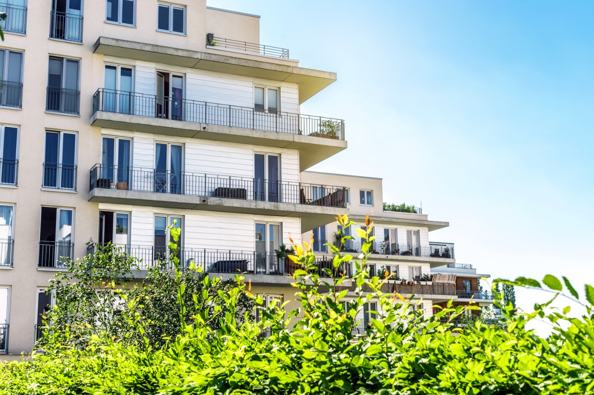 Bei dem Kauf einer Wohnung in einem Mehrparteienhaus muss sich der Käufer mit einer Teilungserklärung auseinandersetzen, um zu erfahren, welche Eigentumsrechte er besitzt.