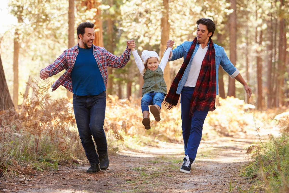 Seit Oktober 2017 können gleichgeschlechtliche Paare in Deutschland heiraten und damit auch gemeinsam ein Kind adoptieren.