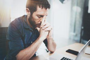 Sogenannte Firmenbestatter bieten gegen Zahlung Hilfe für insolvenzbedrohte Unternehmen. Dies ist unseriös.