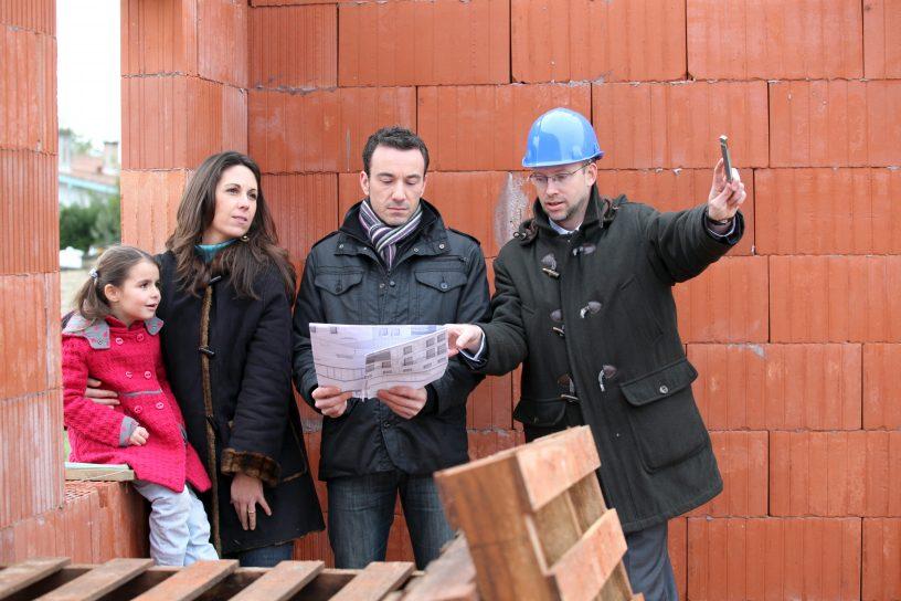 Familie auf der Baustelle