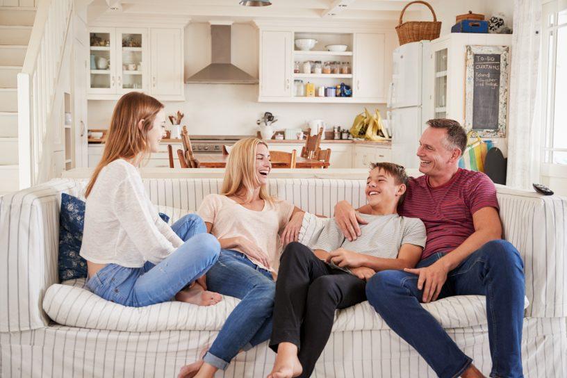 Wer Stiefkinder und den neuen Partner nach dem Todesfall absichern möchte, sollte das Erbe mit einem Vermächtnis oder Erbvertrag regeln.