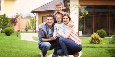 Wer seine Immobilie abbezahlt hat, sollte sich um die Löschung der Grundschuld kümmern.