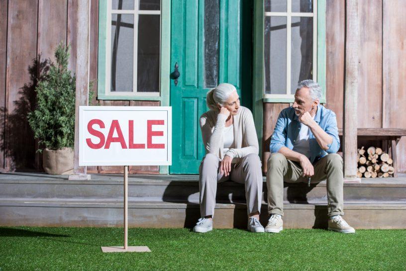 Ehepaar und Sale Schild