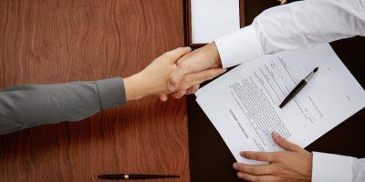 Ein Mann und eine Frau schließen einen Vertrag ab