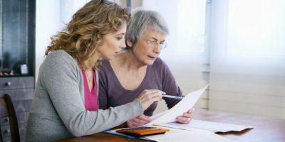 Frauen schauen auf ein Blatt Papier
