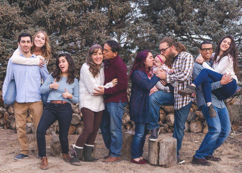 Eine große Familie, die sich gegenseitig in den Arm nimmt.