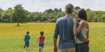 Mann und Frau schauen ihren kleinen Kindern nach