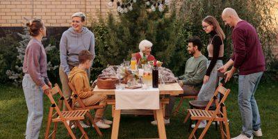 Familie trifft sich zum Essen.